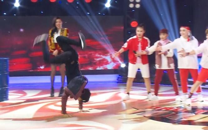 'Thầy giáo mưa' Mai Tài Phến biểu diễn lộn mèo trên sóng truyền hình - ảnh 5