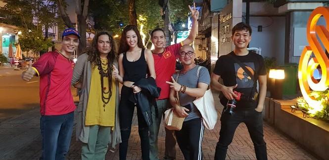 Tân Hoa hậu hoàn vũ Việt Nam Khánh Vân cuồng nhiệt với bóng đá  - ảnh 1