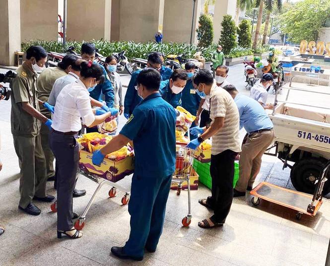 Cuộc sống của người dân trong khu chung cư bị cách ly ở Sài Gòn - ảnh 4
