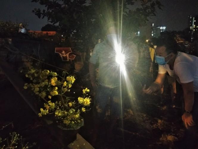 Đêm giao thừa người TPHCM soi đèn mua hoa Tết giải cứu nông dân - ảnh 6
