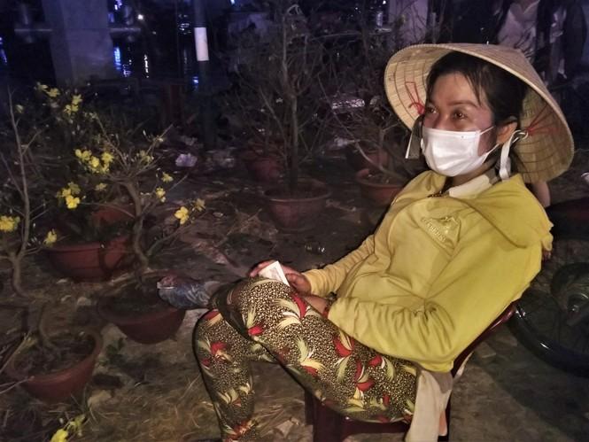 Đêm giao thừa người TPHCM soi đèn mua hoa Tết giải cứu nông dân - ảnh 11