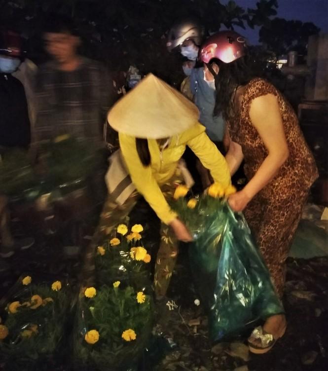 Đêm giao thừa người TPHCM soi đèn mua hoa Tết giải cứu nông dân - ảnh 9