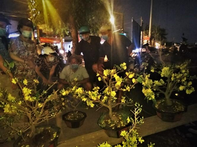 Đêm giao thừa người TPHCM soi đèn mua hoa Tết giải cứu nông dân - ảnh 7