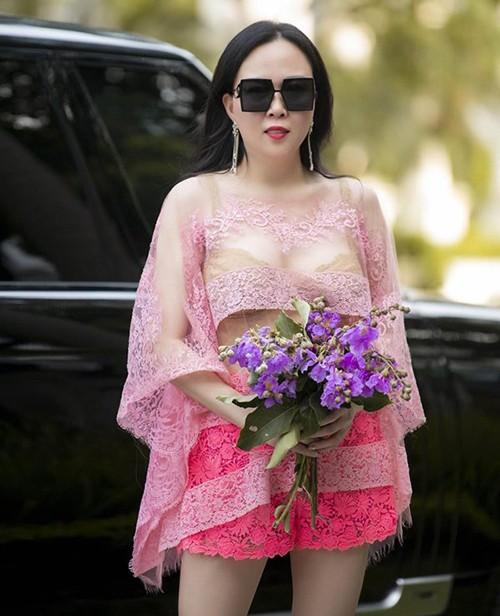 Showbiz 21/5: Quốc Trường-Bảo Anh tình tứ tại sự kiện, Phượng Chanel khoe nội y trên phố - ảnh 13