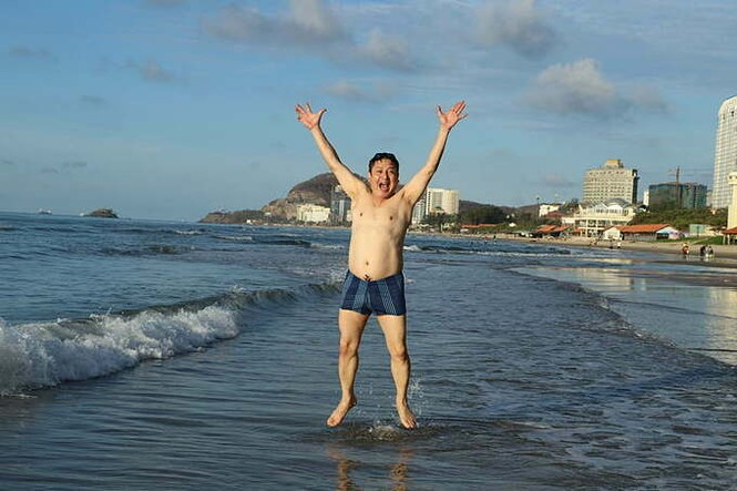 Showbiz 27/5: Chi Pu khoe vòng 1 táo bạo, Isaac tích cực