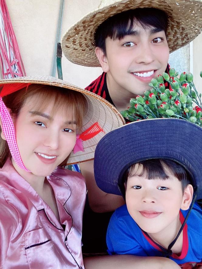 Showbiz 28/5: Quang Hải nhí nhảnh bên bạn gái mới, Hồng Quế khoe lưng trần táo bạo - ảnh 5