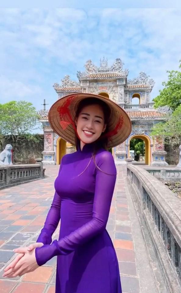 Showbiz 28/5: Quang Hải nhí nhảnh bên bạn gái mới, Hồng Quế khoe lưng trần táo bạo - ảnh 4