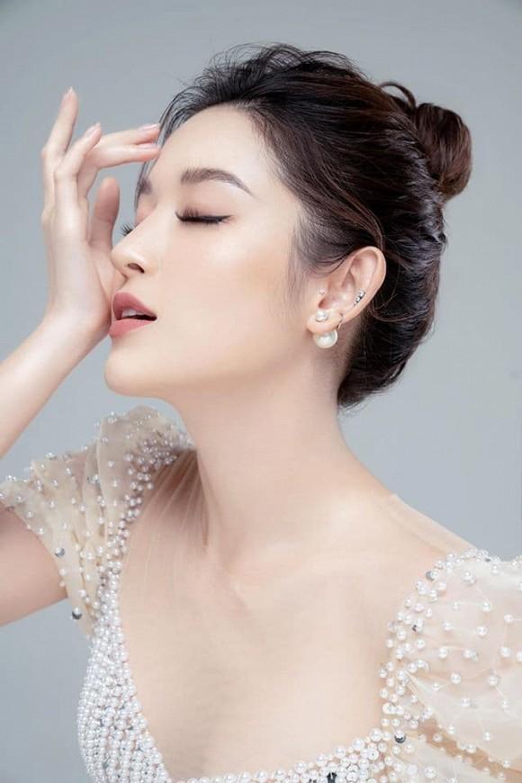 Showbiz 28/5: Quang Hải nhí nhảnh bên bạn gái mới, Hồng Quế khoe lưng trần táo bạo - ảnh 13