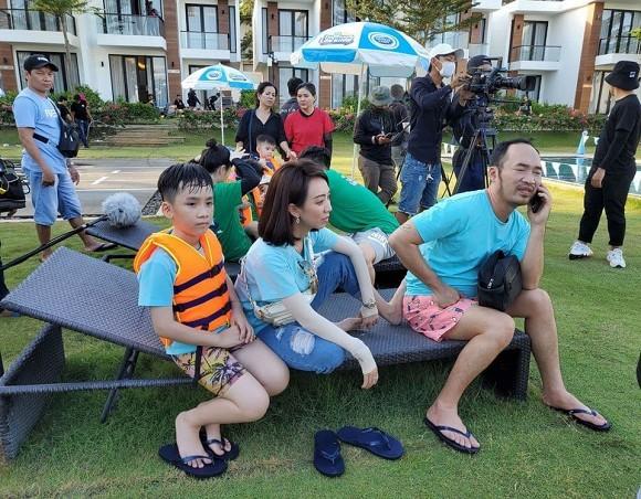 Showbiz 28/5: Quang Hải nhí nhảnh bên bạn gái mới, Hồng Quế khoe lưng trần táo bạo - ảnh 2
