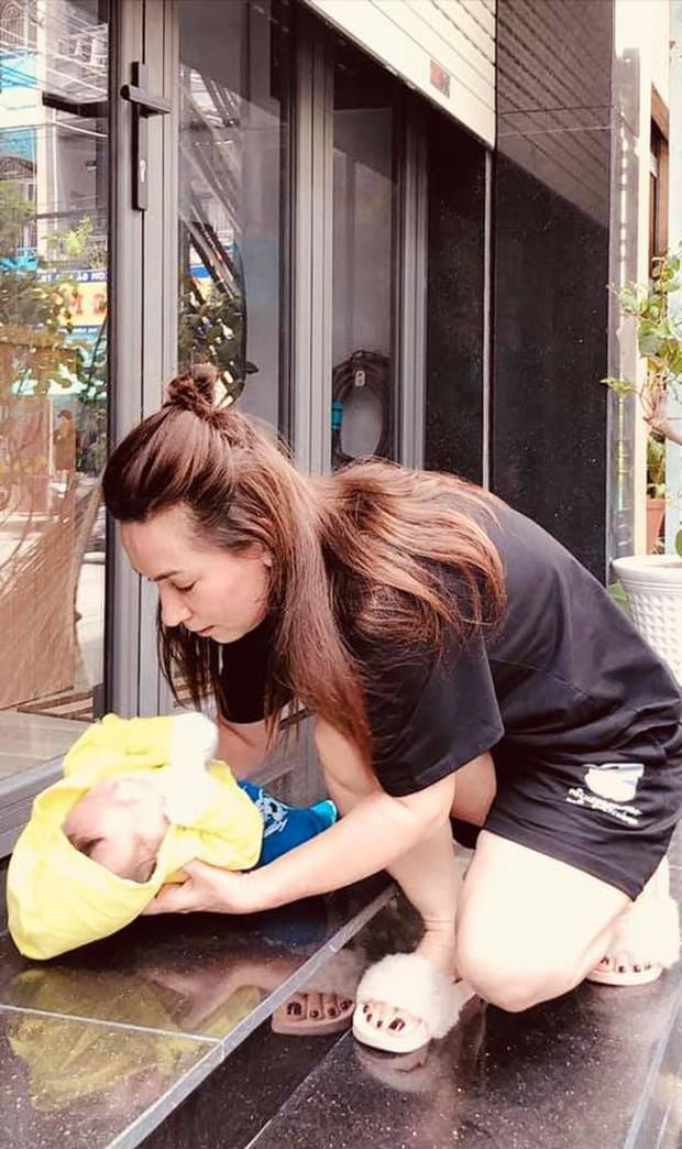 Showbiz 13/6: Đỗ Mỹ Linh thăm em bé bị bỏ rơi tại hố ga - ảnh 3