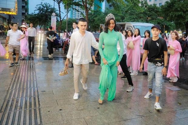 Showbiz 18/6: H'Hen Niê đi chân trần dưới mưa gây sốt - ảnh 1