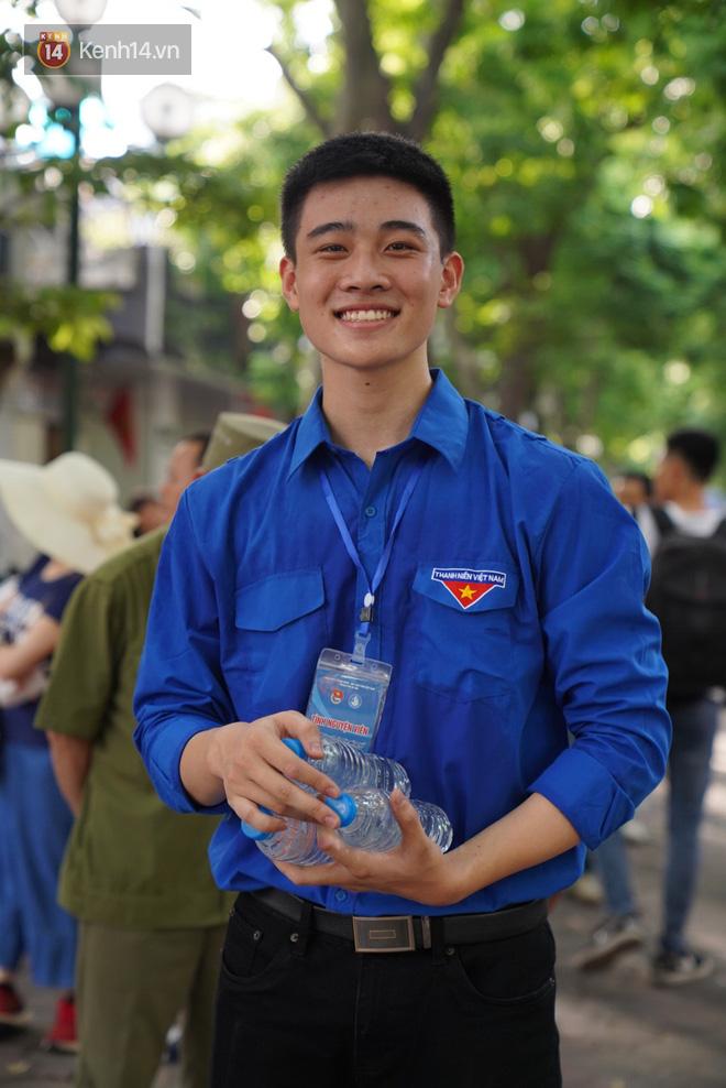 Sắc màu SV 19/7: Rich kid Việt có thu nhập khủng, nam sinh gây sốt cỗng bạn đi thi - ảnh 4