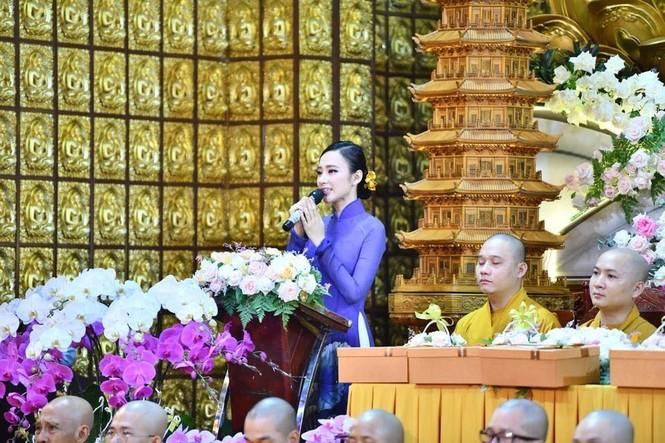Hari Won, Nhật Kim Anh hạnh phúc bên mẹ, Angela Phương Trinh diện áo dài tại lễ Vu Lan - ảnh 14