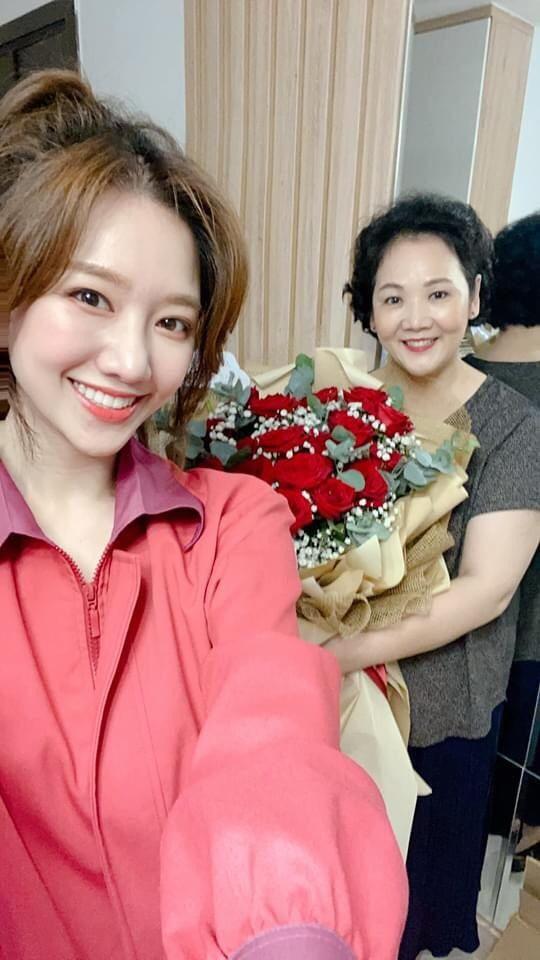Hari Won, Nhật Kim Anh hạnh phúc bên mẹ, Angela Phương Trinh diện áo dài tại lễ Vu Lan - ảnh 1
