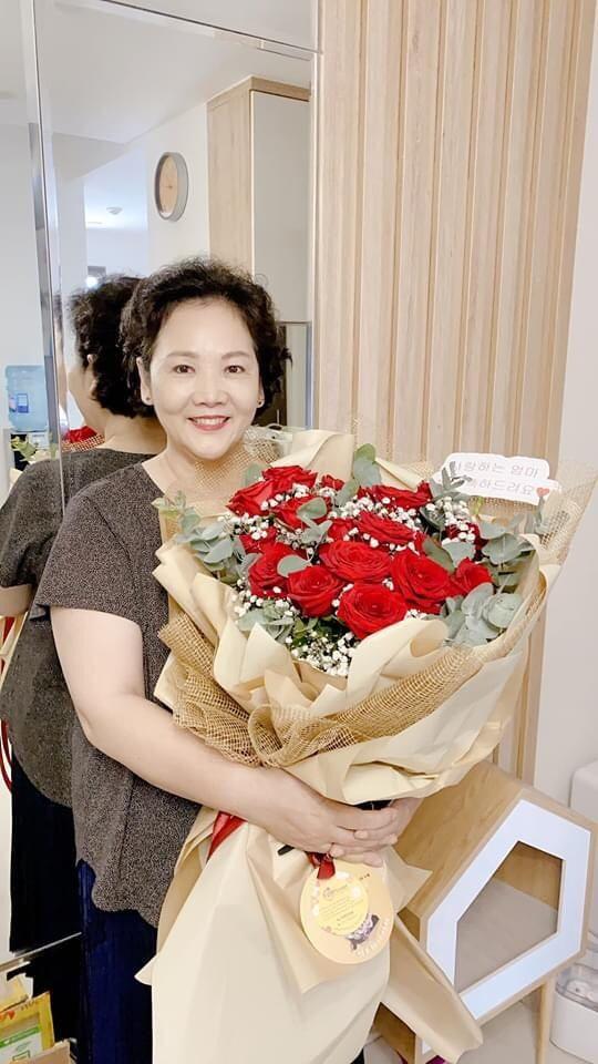 Hari Won, Nhật Kim Anh hạnh phúc bên mẹ, Angela Phương Trinh diện áo dài tại lễ Vu Lan - ảnh 2