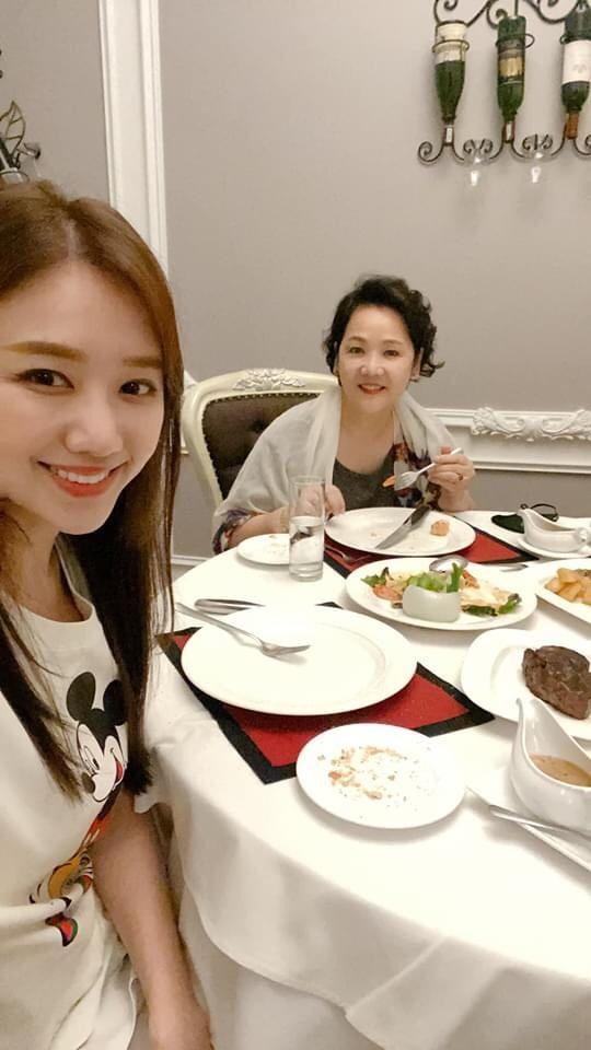 Hari Won, Nhật Kim Anh hạnh phúc bên mẹ, Angela Phương Trinh diện áo dài tại lễ Vu Lan - ảnh 3