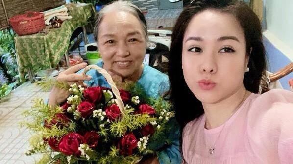 Hari Won, Nhật Kim Anh hạnh phúc bên mẹ, Angela Phương Trinh diện áo dài tại lễ Vu Lan - ảnh 7