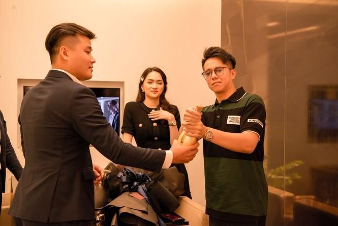 Quỳnh Thư khoác vest không nội y ra sân bay; Thiều Bảo Trâm diện áo giống hệt Jennie - ảnh 18