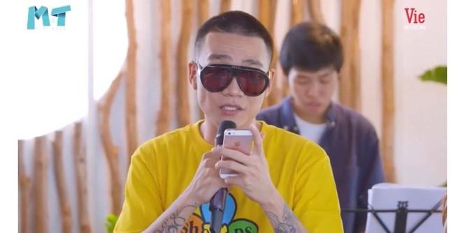 Quỳnh Thư khoác vest không nội y ra sân bay; Thiều Bảo Trâm diện áo giống hệt Jennie - ảnh 20