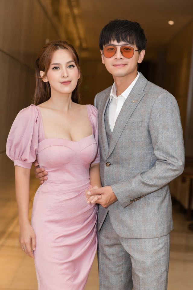 Quỳnh Thư khoác vest không nội y ra sân bay; Thiều Bảo Trâm diện áo giống hệt Jennie - ảnh 23