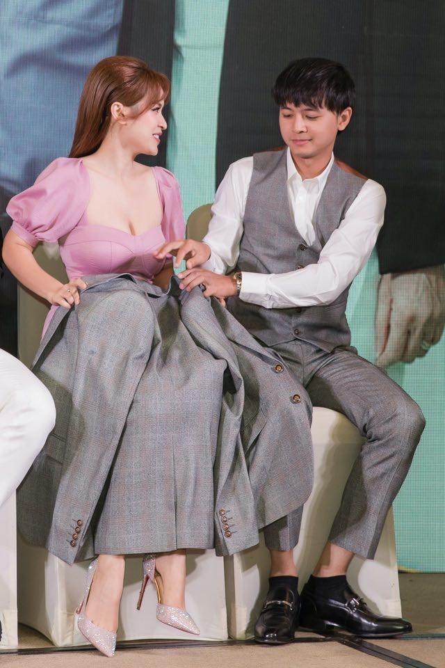 Quỳnh Thư khoác vest không nội y ra sân bay; Thiều Bảo Trâm diện áo giống hệt Jennie - ảnh 24