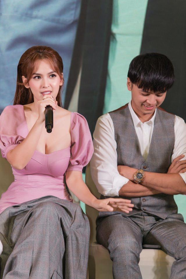 Quỳnh Thư khoác vest không nội y ra sân bay; Thiều Bảo Trâm diện áo giống hệt Jennie - ảnh 25