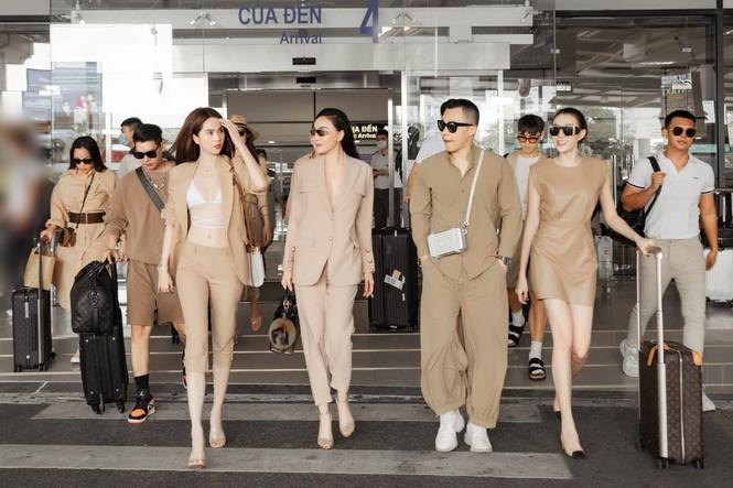 Quỳnh Thư khoác vest không nội y ra sân bay; Thiều Bảo Trâm diện áo giống hệt Jennie - ảnh 5