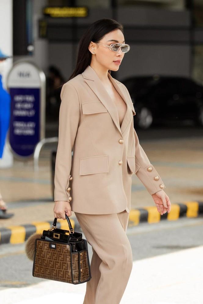 Quỳnh Thư khoác vest không nội y ra sân bay; Thiều Bảo Trâm diện áo giống hệt Jennie - ảnh 6