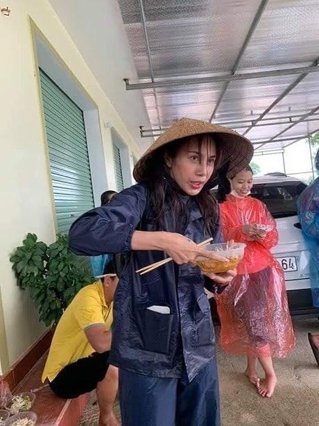Dù 20/10 Thủy Tiên vẫn ăn vội bát mì tôm để đi cứu trợ bà con; Lynk Lee