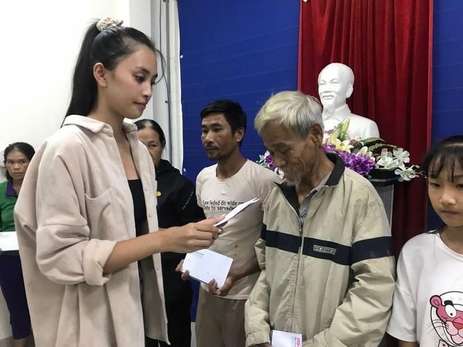 Sao Việt không ngại vào vùng lũ cứu trợ; Thanh Hương hài hước trong tạo hình mới - ảnh 2