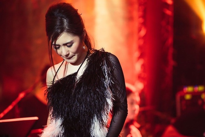 Hoài Linh kêu gọi được hơn 6 tỷ đồng cho bà con miền Trung; Tóc Tiên xuống phố cực ngầu - ảnh 2