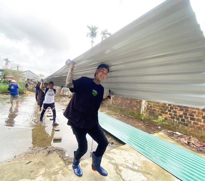 Thu Trang được fan khen trẻ như gái 18; Dế Choắt hỗ trợ bà con miền Trung sửa nhà - ảnh 9