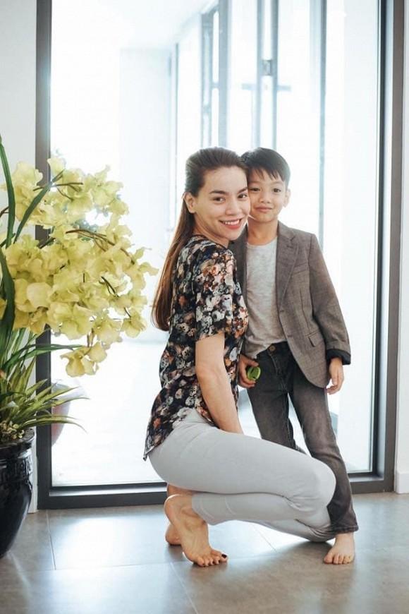 Hiền Hồ vào vai cô y tá trong cảnh quay lãng mạn, con trai Hồ Ngọc Hà bế em cực khéo - ảnh 2