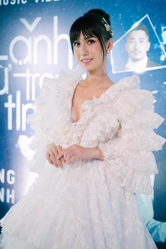 Lynk Lee khoe thềm ngực căng tràn lấp ló; Wowy lên đồ cực dị tại tuần lễ thời trang - ảnh 2