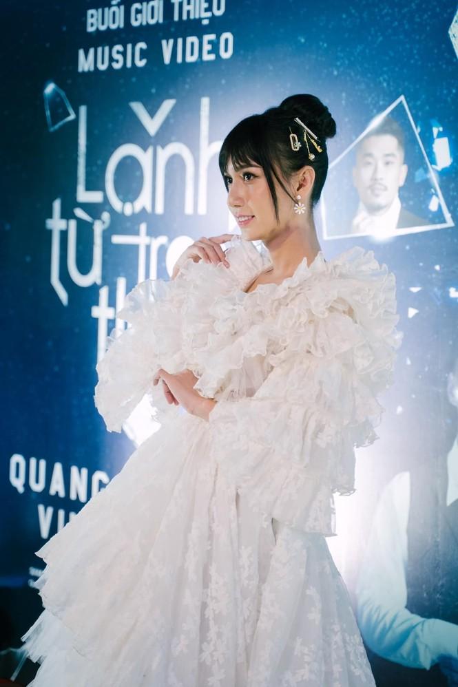 Lynk Lee khoe thềm ngực căng tràn lấp ló; Wowy lên đồ cực dị tại tuần lễ thời trang - ảnh 1