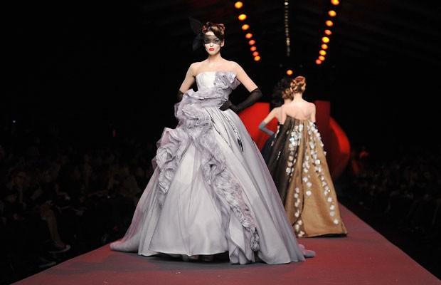 Vì sao trên thế giới chỉ có khoảng 4000 người phụ nữ sở hữu đồ Haute Couture?  - ảnh 8