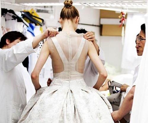 Vì sao trên thế giới chỉ có khoảng 4000 người phụ nữ sở hữu đồ Haute Couture?  - ảnh 7