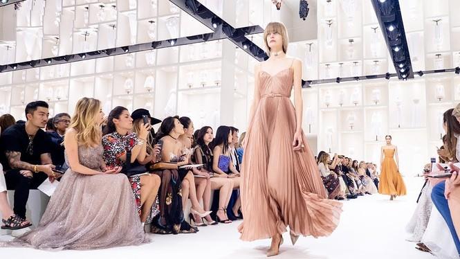 Vì sao trên thế giới chỉ có khoảng 4000 người phụ nữ sở hữu đồ Haute Couture?  - ảnh 4