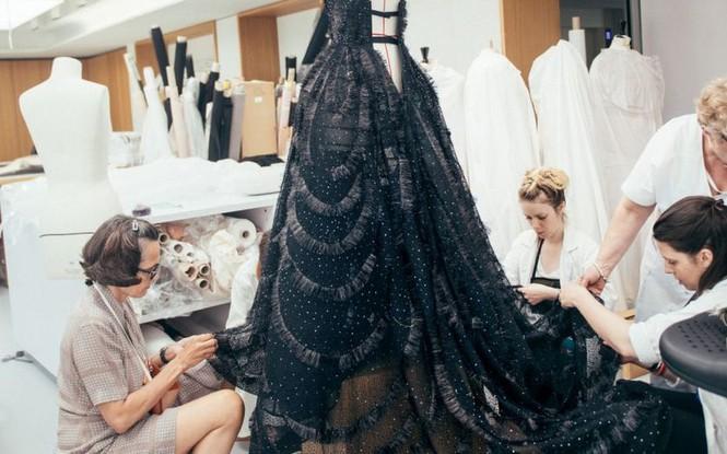 Vì sao trên thế giới chỉ có khoảng 4000 người phụ nữ sở hữu đồ Haute Couture?  - ảnh 5
