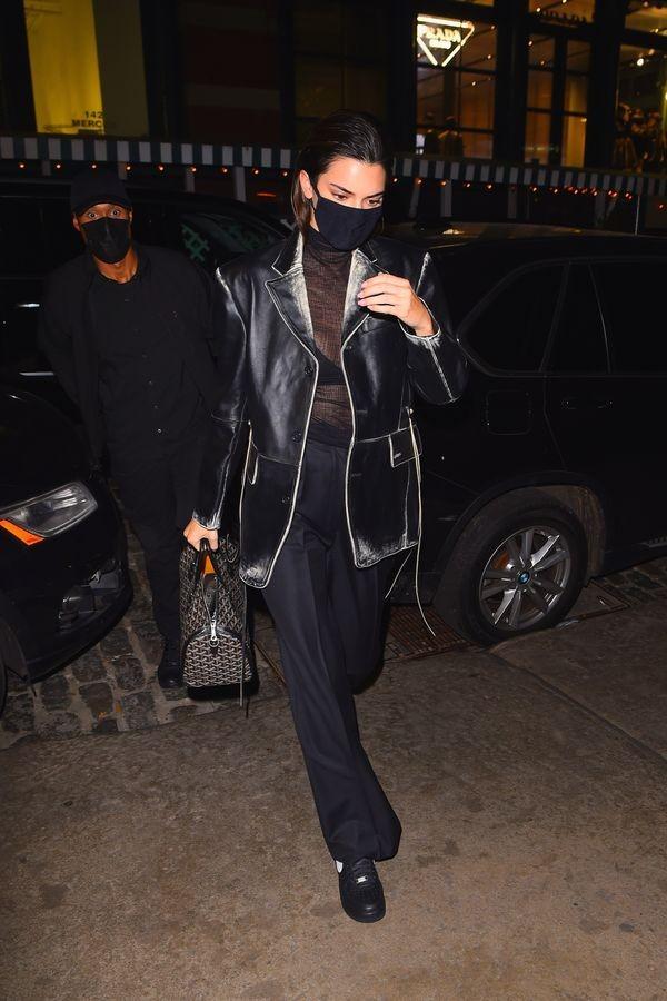 Ngắm outfit dạo phố cuối tuần của Kendall Jenner, biết luôn xu hướng nào sắp lên ngôi - ảnh 2