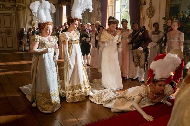 Xem Bridgerton bị mê cũng phải thôi, 7.500 bộ trang phục vương giả và những bí mật tủ áo - ảnh 1