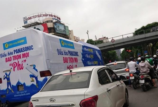 Tái diễn hình thức quảng cáo bằng xe bịt bùng, diễu phố Hà Nội - ảnh 2
