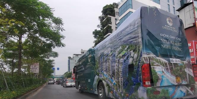 Tái diễn hình thức quảng cáo bằng xe bịt bùng, diễu phố Hà Nội - ảnh 1