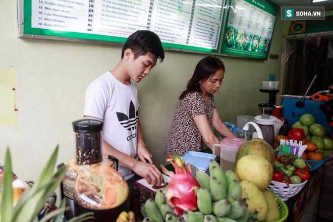 Vợ nghệ sĩ Hán Văn Tình bán nước hoa quả mưu sinh - ảnh 1