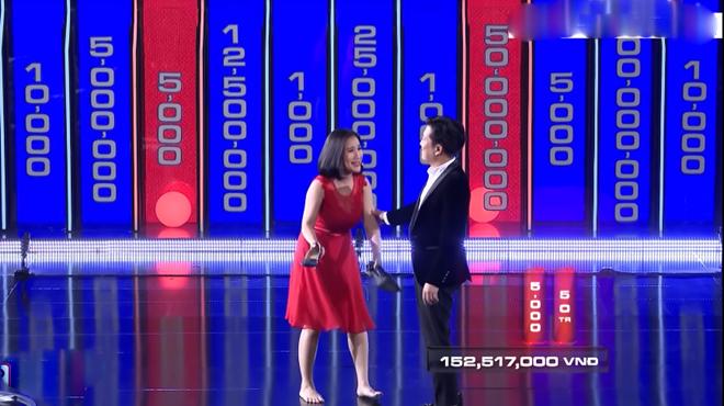MC Cát Tường bị chỉ trích vì cởi giày, nằm ra sân khấu trên sóng truyền hình - ảnh 1