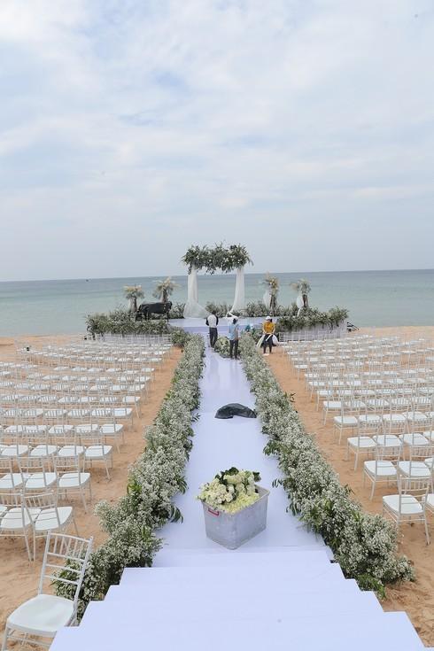 Cận cảnh không gian tiệc cưới 10 tỷ đồng trên bãi biển của Đông Nhi- Ông Cao Thắng - ảnh 5