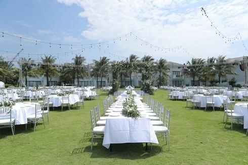 Cận cảnh không gian tiệc cưới 10 tỷ đồng trên bãi biển của Đông Nhi- Ông Cao Thắng - ảnh 6