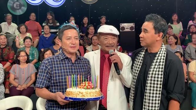 Showbiz 10/11: Đông Nhi, Ông Cao Thắng xuất hiện sau lễ cưới bạc tỷ - ảnh 1