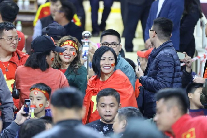 NSND Trung Anh ăn tạm bánh mì trên sân Mỹ Đình cổ vũ tuyển Việt Nam - ảnh 4