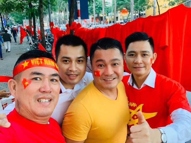 NSND Trung Anh ăn tạm bánh mì trên sân Mỹ Đình cổ vũ tuyển Việt Nam - ảnh 5